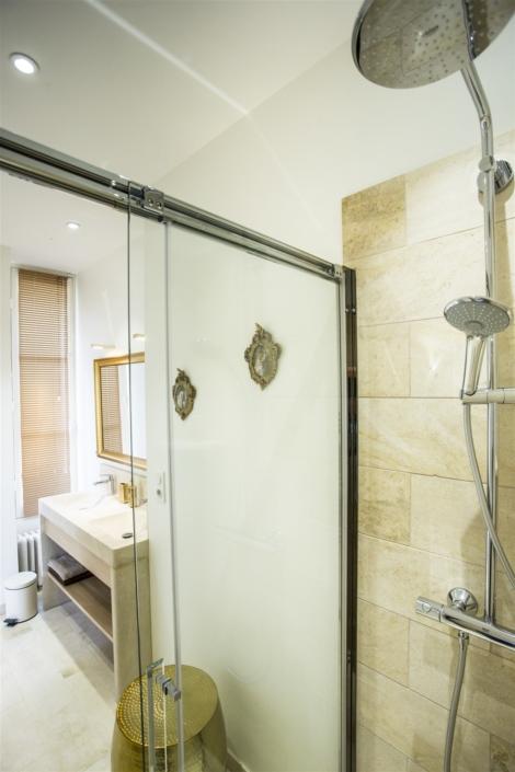 Salle de bain chambre d'hôtes château Preuil par virginie vaudenay décoratrice ufdi couleur de vie Bué en sancerre dans le cher (18)